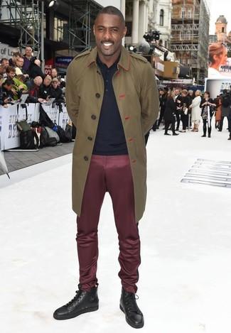 Tenue de Idris Elba: Trench olive, Polo bleu marine, Pantalon chino bordeaux, Baskets montantes en cuir marron foncé