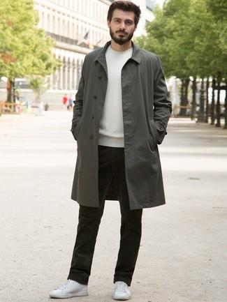 Comment porter: trench olive, pull à col rond blanc, jean en velours côtelé olive, baskets basses en cuir blanches