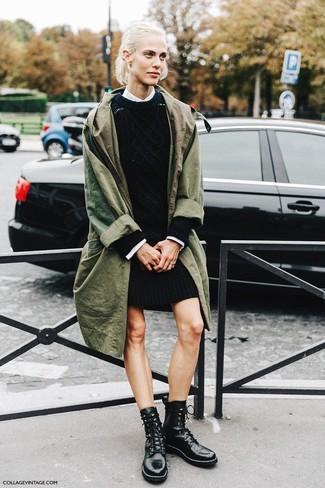 Comment porter une robe-pull noire: Choisis une robe-pull noire et un trench olive pour un look élégant et soigné. Mélange les styles en portant une paire de des bottines plates à lacets en cuir noires.