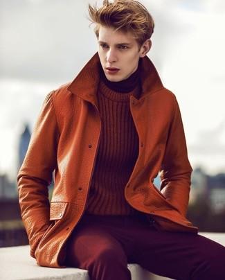 Comment porter: trench en cuir orange, pull torsadé tabac, pull à col roulé bordeaux, jean en velours côtelé bordeaux