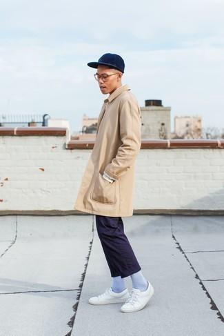 Comment porter un trench: Pense à harmoniser un trench avec un pantalon chino bleu marine pour un look idéal au travail. Tu veux y aller doucement avec les chaussures? Choisis une paire de baskets basses en cuir blanches pour la journée.