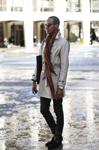 Comment porter une montre dorée: Opte pour un trench beige avec une montre dorée pour un look idéal le week-end. Rehausse cet ensemble avec une paire de des mocassins à pampilles en daim noirs.