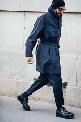 Comment porter: trench bleu marine, pantalon de costume noir, chaussures derby en cuir noires, bonnet noir