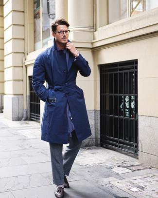 Comment porter: trench bleu marine, pantalon de costume en laine gris foncé, mocassins à pampilles en cuir noirs, écharpe bleu marine