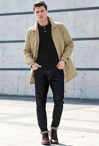 Comment porter: trench marron clair, polo noir, jean bleu marine, bottines chukka en cuir bordeaux