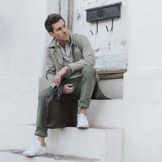 Comment porter un pantalon chino olive: Marie un trench gris avec un pantalon chino olive pour aller au bureau. Tu veux y aller doucement avec les chaussures? Complète cet ensemble avec une paire de baskets basses en toile blanches pour la journée.