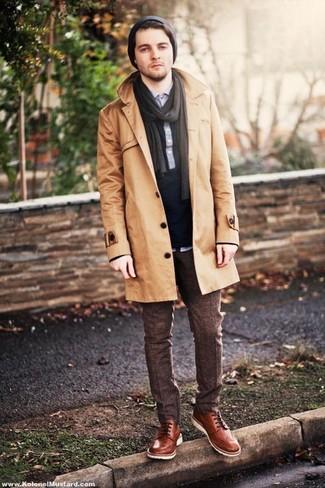 Comment porter: trench marron clair, polo bleu marine, pantalon de costume en laine marron foncé, chaussures derby en cuir marron