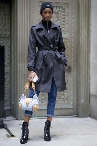 Comment porter: trench noir, pull à col à fermeture éclair noir, jean boyfriend bleu, bottines à lacets en cuir noires