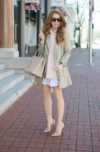Comment porter: trench beige, pull à col boule beige, robe chemise blanche, escarpins en cuir beiges