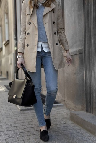 La polyvalence d'un trench beige et d'un jean bleu en fait des pièces de valeur sûre. Cette tenue se complète parfaitement avec une paire de des slippers en daim noirs.