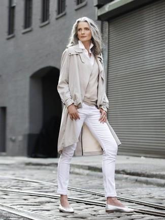 Comment porter: trench beige, pull à col en v beige, chemise de ville blanche, pantalon slim blanc