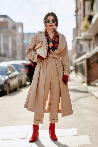Comment porter: trench beige, pull à col en v à losanges rouge, pantalon large beige, bottines en cuir rouges
