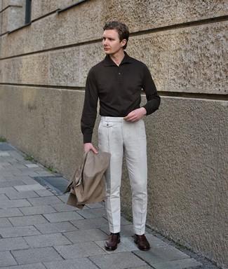 Comment s'habiller au printemps: Choisis un trench marron clair et un pantalon de costume blanc pour un look pointu et élégant. Si tu veux éviter un look trop formel, termine ce look avec une paire de slippers en cuir marron foncé. Cette tenue est juste superbe et printanière comme il faut.