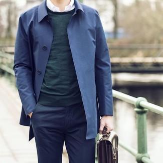 Comment porter: trench bleu marine, pull à col rond vert foncé, chemise à manches longues blanche, pantalon de costume bleu marine