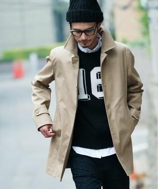 Comment porter: trench beige, pull à col rond imprimé noir et blanc, chemise à manches longues bleu clair, jean skinny noir