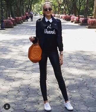 Comment porter: trench bleu marine, pull à col rond imprimé noir et blanc, chemise de ville blanche, jean skinny noir