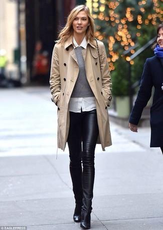 Garde une tenue relax avec un pull et des leggings en cuir noirs. Une paire de des bottines en cuir noires rendra élégant même le plus décontracté des looks.