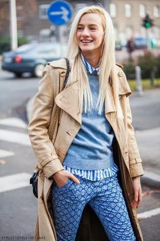 Comment porter: trench marron clair, pull à col rond bleu clair, chemise de ville à rayures verticales blanc et bleu, pantalon slim imprimé bleu
