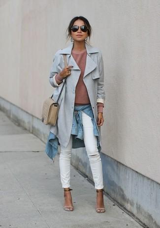 Comment porter: trench gris, pull à col rond beige, chemise en jean bleu clair, jean skinny déchiré blanc