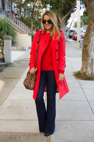Comment porter: trench rouge, pull à col rond rouge, jean flare bleu marine, bottines en cuir noires