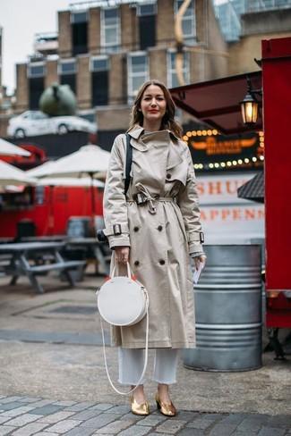 Comment porter: trench beige, pull à col rond gris, jean blanc, escarpins en cuir dorés