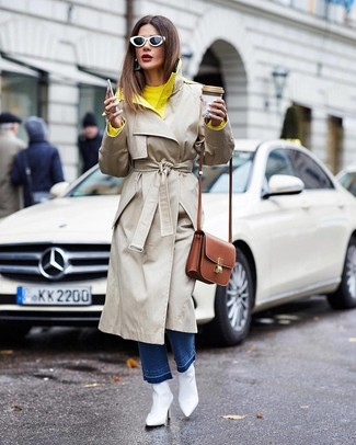 Comment porter: trench beige, pull à col rond jaune, jean bleu, bottines en cuir blanches