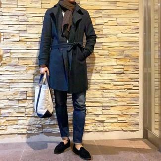 Comment porter une écharpe imprimée marron foncé: Marie un trench noir avec une écharpe imprimée marron foncé pour une tenue idéale le week-end. Une paire de des mocassins à pampilles en daim noirs est une façon simple d'améliorer ton look.