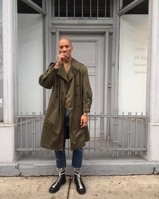 Tendances mode hommes: Pense à marier un trench olive avec un jean bleu marine si tu recherches un look stylé et soigné. Une paire de bottes de loisirs en cuir noires s'intégrera de manière fluide à une grande variété de tenues.