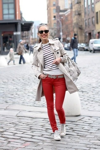Comment porter: trench beige, pull à col rond à rayures horizontales blanc et noir, jean skinny rouge, baskets basses en toile blanches
