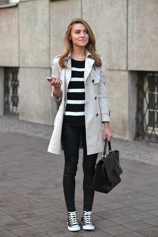 Porte un trench et un jean skinny en cuir noir et tu auras l'air d'une vraie poupée. Pourquoi ne pas ajouter une paire de des baskets montantes noires et blanches à l'ensemble pour une allure plus décontractée?
