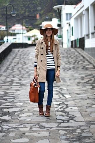 Un trench et un jean skinny bleu sont un choix de tenue idéale à avoir dans ton arsenal. Complète ce look avec une paire de des bottines à lacets en cuir brunes foncées.