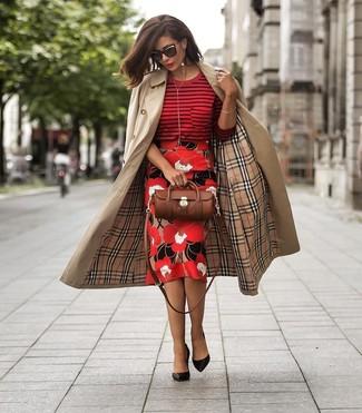 Comment porter: trench marron clair, pull à col rond à rayures horizontales rouge, jupe crayon à fleurs rouge, escarpins en cuir noirs