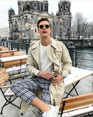 Comment porter: trench beige, pull à col rond blanc, pantalon chino écossais gris, baskets basses en cuir blanches