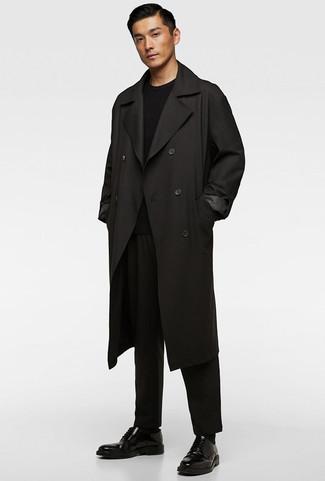 Comment porter: trench noir, pull à col rond noir, pantalon chino noir, chaussures derby en cuir noires
