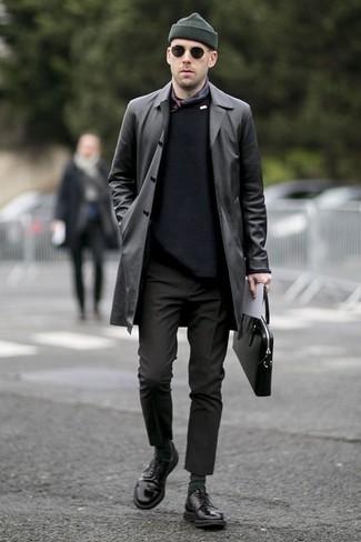 Comment porter une serviette en cuir noire: Pense à porter un trench en cuir noir et une serviette en cuir noire pour une tenue idéale le week-end. Une paire de des chaussures derby en cuir noires ajoutera de l'élégance à un look simple.