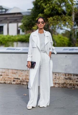 Comment porter: trench gris, pull à col rond gris, pantalon large blanc, escarpins en cuir blancs