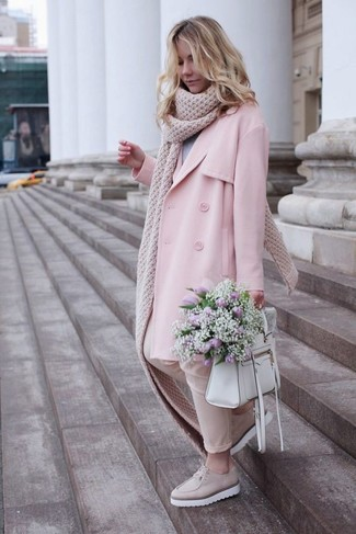 Comment porter: trench rose, pull à col rond gris, pantalon slim beige, mocassins plateforme en cuir beiges