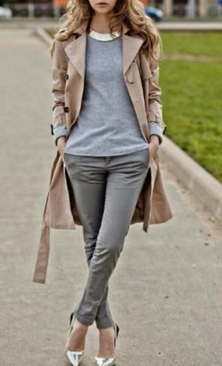 Un trench et un pantalon slim gris sont appropriés à la fois pour les événements chic et décontractés et une tenue de tous les jours. Termine ce look avec une paire de des escarpins en cuir argentés.