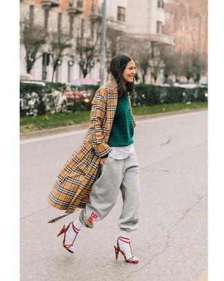 Comment porter: trench écossais marron clair, pull à col rond vert foncé, t-shirt à col rond blanc, pantalon de jogging imprimé gris