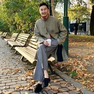 Comment s'habiller quand il fait frais: Harmonise un trench olive avec un pantalon de costume en pied-de-poule noir et blanc pour dégager classe et sophistication. Tu veux y aller doucement avec les chaussures? Complète cet ensemble avec une paire de bottines chukka en daim noires pour la journée.