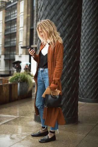 Comment porter: trench en daim marron, pull à col roulé blanc, débardeur en soie noir, jean bleu