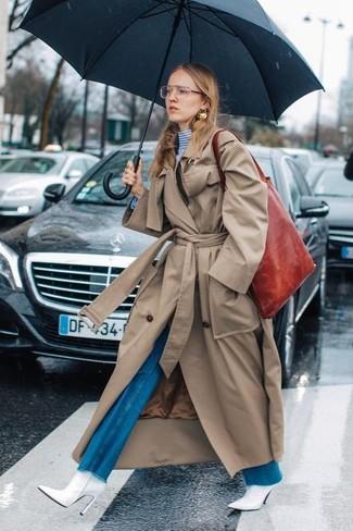 Comment porter: trench marron clair, pull à col roulé à rayures horizontales blanc et bleu, jean flare bleu, bottines en cuir blanches