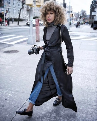 Comment porter: trench léger noir, pull à col roulé gris, jean bleu, slippers en cuir noirs