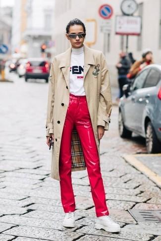 Comment porter: trench beige, pull à col roulé imprimé blanc, jean en cuir rouge, chaussures richelieu en cuir épaisses blanches