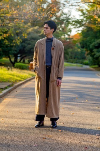 Comment porter des chaussettes pourpres: Pour une tenue aussi confortable que ton canapé, harmonise un trench marron clair avec des chaussettes pourpres. Fais d'une paire de slippers en cuir noirs ton choix de souliers pour afficher ton expertise vestimentaire.