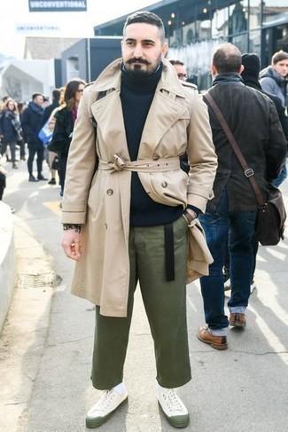 Comment porter une ceinture en cuir noire: Pense à harmoniser un trench beige avec une ceinture en cuir noire pour une tenue idéale le week-end. Une paire de baskets basses en toile blanches s'intégrera de manière fluide à une grande variété de tenues.