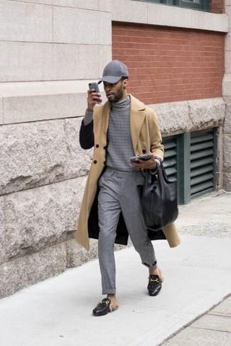 Comment porter: trench marron clair, pull à col roulé gris, pantalon de costume gris, slippers en cuir noirs