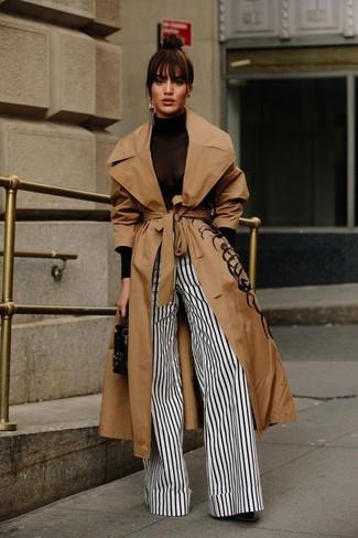 Comment porter une pochette en cuir à clous noire: Essaie de marier un trench marron clair avec une pochette en cuir à clous noire pour une tenue relax mais stylée. Une paire de des bottines en cuir noires est une option judicieux pour complèter cette tenue.