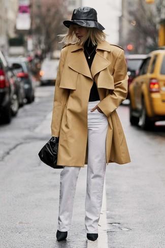 Comment porter un trench marron clair: Marie un trench marron clair avec un pantalon large blanc pour aller au bureau. Cette tenue est parfait avec une paire de des bottines en satin noires.