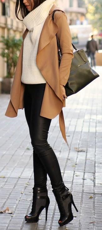 Associer un pull avec un pantalon slim en cuir noir est une option judicieux pour une journée au bureau. Cet ensemble est parfait avec une paire de des bottines à lacets en cuir découpées noires.
